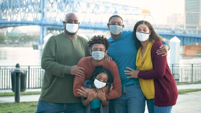vídeos y material grabado en eventos de stock de familia con máscaras faciales durante la pandemia de covid-19 - encuadre cintura para arriba