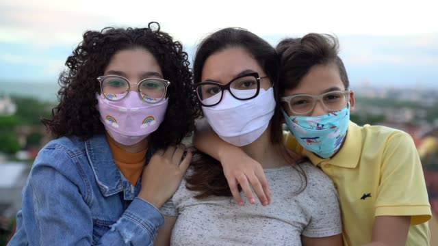 famiglia che indossa la maschera n95 all'aperto - etnia latino americana video stock e b–roll