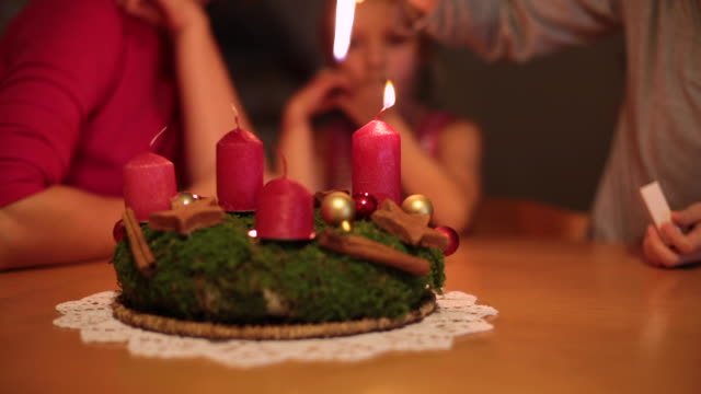 familie mit adventskranz - kranz stock-videos und b-roll-filmmaterial
