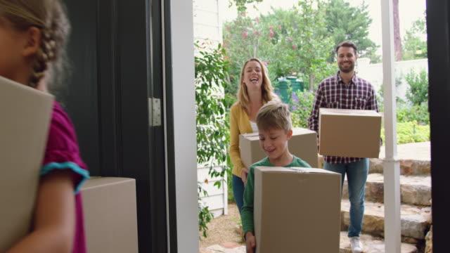 vídeos de stock, filmes e b-roll de família com cartão, caixas que entram em um repouso confortável 4k - atividade física