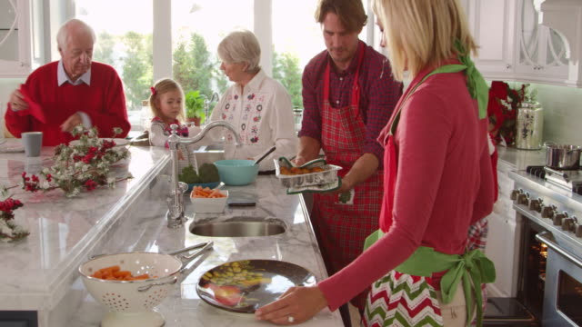 famiglia con nonni preparare il pasto di natale foto su r3d - christmas cooking video stock e b–roll