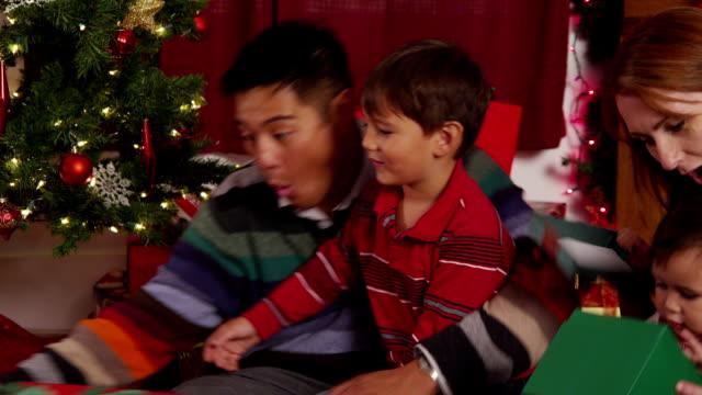 rodzina z przedstawia w wigilijny - happy holidays filmów i materiałów b-roll