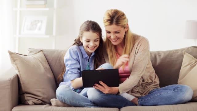 familie met tablet pc met video chat thuis video