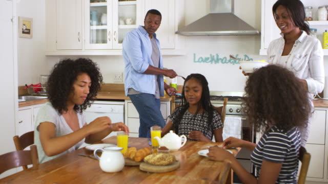 famiglia con bambini adolescenti che colazione in cucina - relazione umana video stock e b–roll