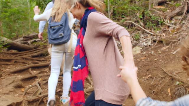 ご家族で 10 代のお子様向けに、森を抜け、バックの眺め - 対面点の映像素材/bロール