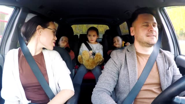 Family with Three Kids Riding in Car - vídeo