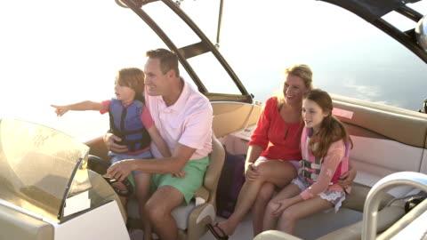 vidéos et rushes de famille avec deux enfants qui prennent un tour en bateau - transport nautique