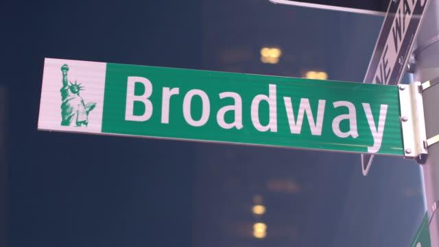 CLOSE UP: Signo de la famosa calle de Broadway en el emblemático Times Square - vídeo