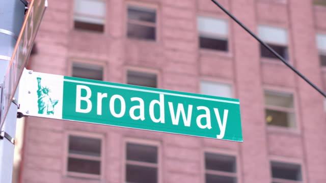 CLOSE UP: Signo de la famosa calle de Broadway en el distrito financiero de Manhattan Nueva York - vídeo