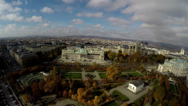 vídeos y material grabado en eventos de stock de famosos edificios en vienna desde arriba - austria