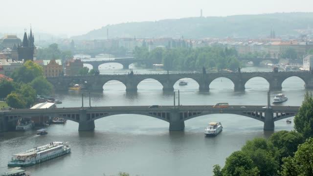 カレル橋、プラハ、ヴルタヴァ川、観光客と都市生活の他の橋 - チェコ共和国点の映像素材/bロール