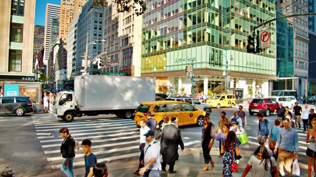 Berühmte Kreuzung. 42. Straße und Fashion Shopping Avenue – Video