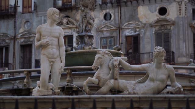 著名的噴泉雕塑在廣場比勒陀利亞,巴勒莫,西西里島,義大利。 - sicily 個影片檔及 b 捲影像