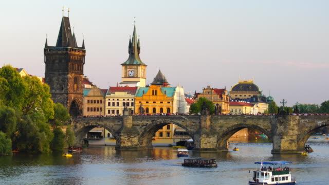 vidéos et rushes de image iconique célèbre du pont de charles et de l'horizon de ville de prague - prague