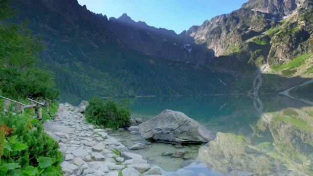 vídeos y material grabado en eventos de stock de famoso lago en medio de las montañas tatras al amanecer, polonia - polonia