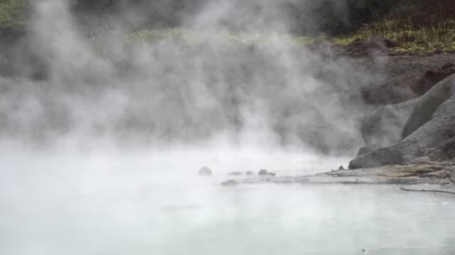 berühmte noboribetsu hot springs, hokkaido in japan - tal stock-videos und b-roll-filmmaterial