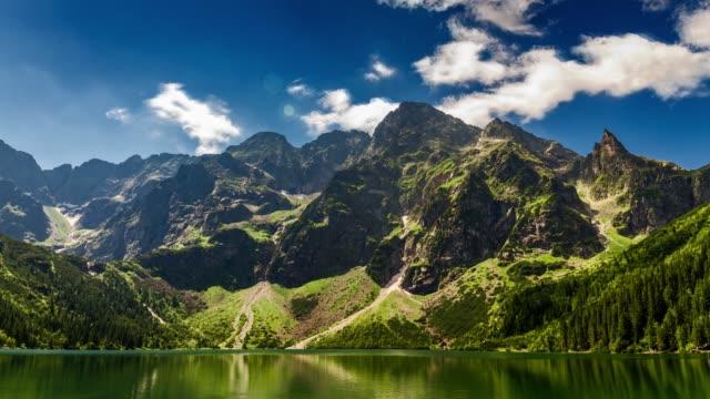 yaz aylarında tatras ünlü polonya dağ gölü, polonya - zakopane stok videoları ve detay görüntü çekimi