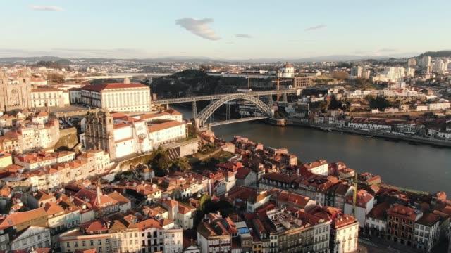 famous Portugese Ponte Luis metal bridge over Douro river - vídeo