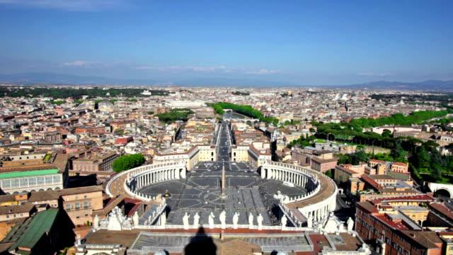 vídeos de stock, filmes e b-roll de famosa praça de são pedro, no vaticano - característica arquitetônica