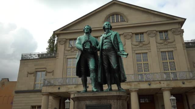 stockvideo's en b-roll-footage met beroemd beeldhouwwerk van goethe en schiller in de stad weimar - literatuur