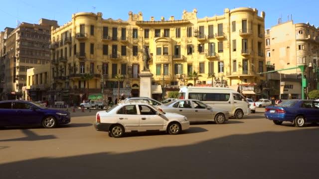 słynny talaat harb square w centrum kairu, egipt - egipt filmów i materiałów b-roll