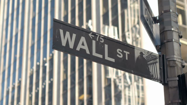 CLOSE UP: Signo de la famosa Wall Street en el distrito financiero del bajo Manhattan Nueva York - vídeo