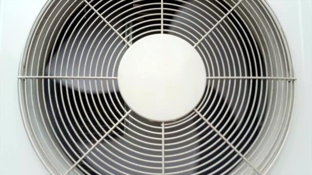 vídeos de stock, filmes e b-roll de fã de um aparelho de ar condicionado girando - ar condicionado