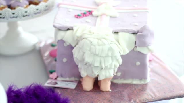 Envie d'anniversaire de bébé avec gâteau - Vidéo