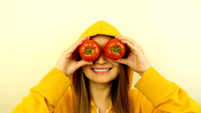 stockvideo's en b-roll-footage met fancy kaukasische model met verse groenten op de ogen. stop motion lus. - portait background