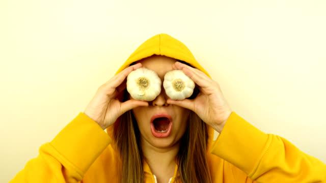 modello caucasico fantasia con verdure fresche sugli occhi. stop motion looped. - paprica video stock e b–roll