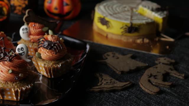 Envie de nourriture Halloween Party Table avec citrouille gâteau muffins et des biscuits. - Vidéo