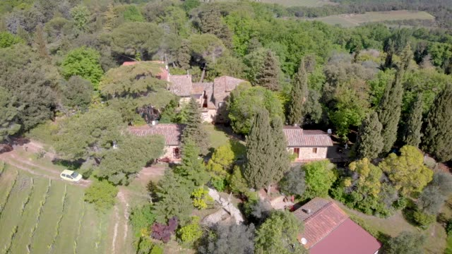 vídeos de stock e filmes b-roll de fantastic aerial view of a tuscany in daylight in summer - ivy building