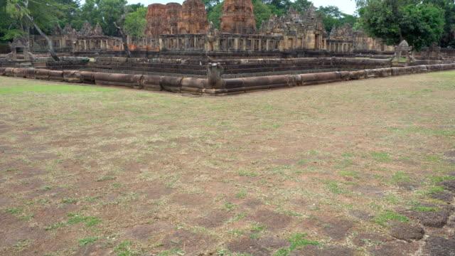 fantastische archäologische stätte prasat muang tam oder muang tam burg in der nähe von prasat phanomrung historical park in buriram in thailand. - kambodschanische kultur stock-videos und b-roll-filmmaterial