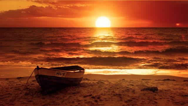 Fantastische Landschaft-Hintergrund. Romantische einsam Boot bei Sonnenuntergang. Schleife. – Video