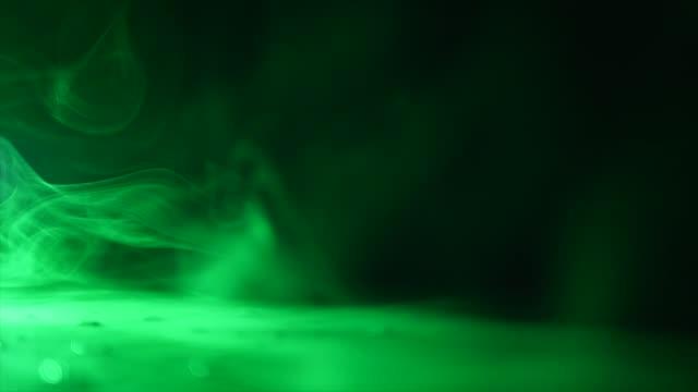 vidéos et rushes de fantastique magique vert savon bulles trick sur le tableau noir sur fond noir - charmeur