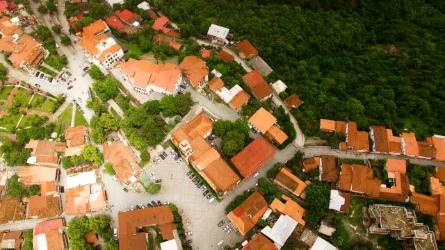 stockvideo's en b-roll-footage met fantastisch uitzicht op de daken in signagi town en alazani vallei, ecotoerisme - duurzaam toerisme
