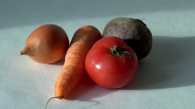 landwirtschaftlichen produkten. ei-karotte-rüben-zwiebel-tomaten - knollig stock-videos und b-roll-filmmaterial