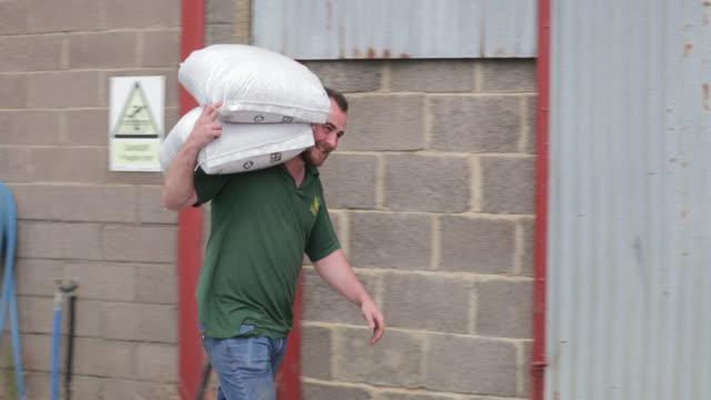 farmer carrying farming bags - настоящая жизнь стоковые видео и кадры b-roll