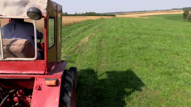 agricoltore auto rosso vecchio trattore tra fattoria rurale campi - truck tire video stock e b–roll