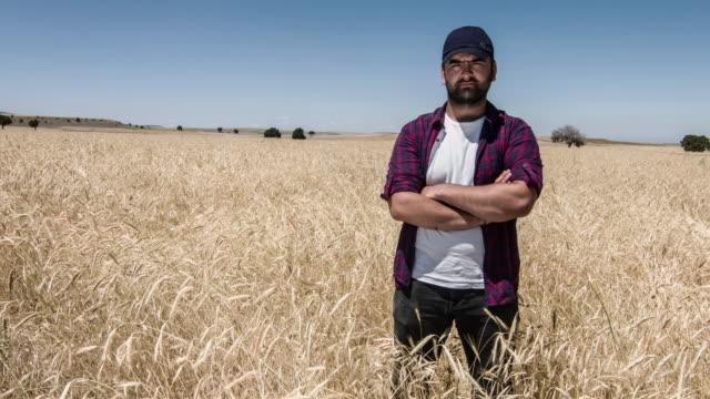 カメラ目線の農夫 ビデオ