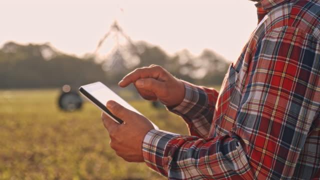 DS agricultor usando una tableta digital en el campo - vídeo