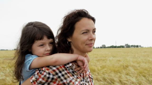 vídeos de stock e filmes b-roll de a farmer with a child on a wheat field. - agricultora
