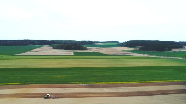 vidéos et rushes de agriculteurs travaillant sur les terres agricoles - pousse aérienne. - seigle grain