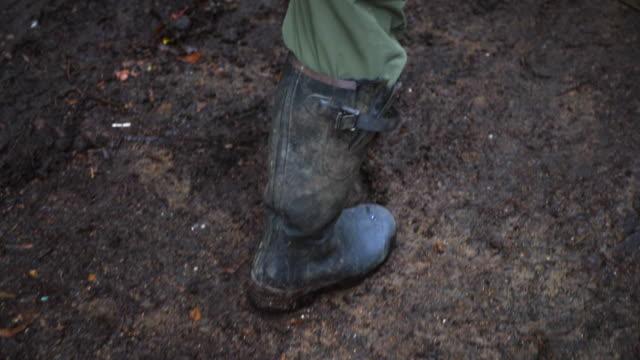 vidéos et rushes de agriculteurs pieds - bottes