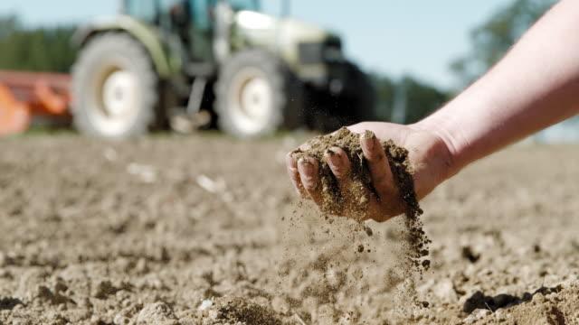 slo mo bondens hand håva smuts på ett fält - land bildbanksvideor och videomaterial från bakom kulisserna