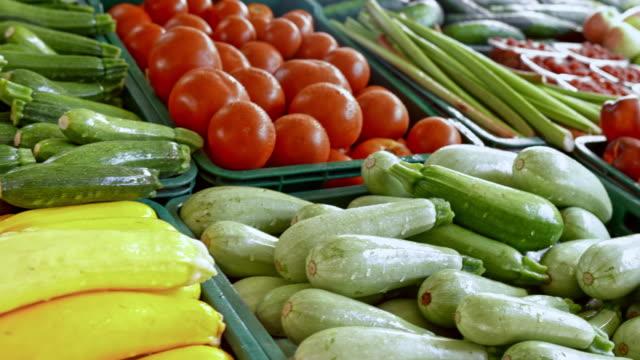 vídeos de stock, filmes e b-roll de ds produtos da fazenda na barraca de mercado - legume