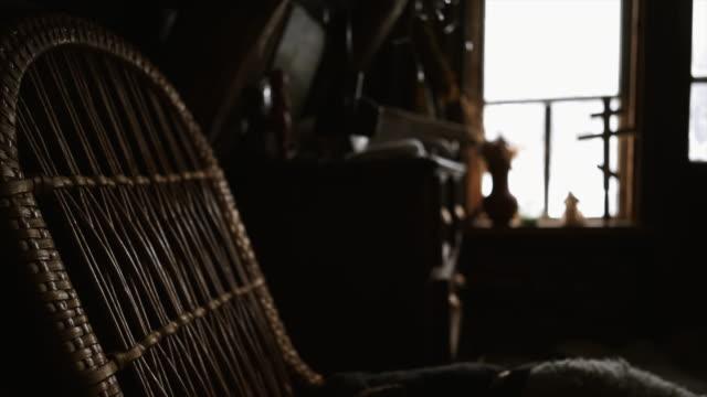 bauernhaus-interieur - dachboden stock-videos und b-roll-filmmaterial
