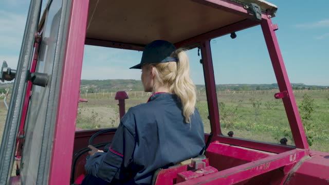 vídeos de stock e filmes b-roll de farming hazelnut - trator