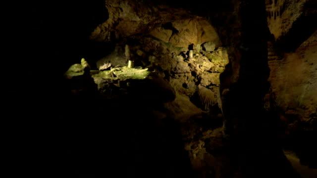Ein faszinierender Blick auf die Höhle im Sonnenlicht – Video