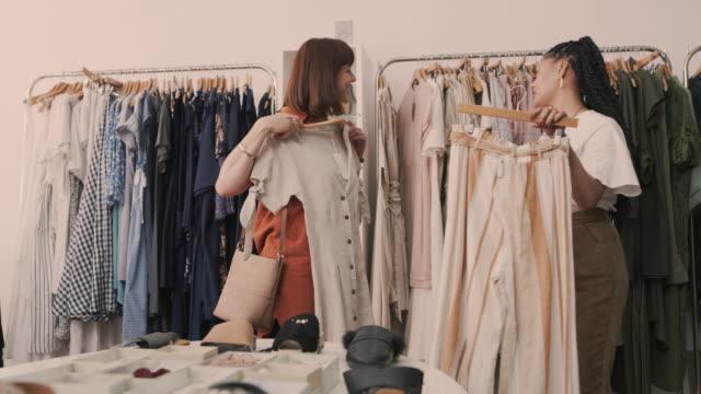 彼女自身の個人的な好みに合わせたファッションアドバイス ビデオ